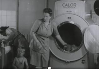 To kvinner og ett barn ved en tørketrommel