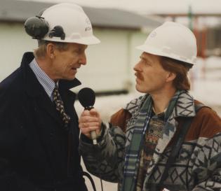 To menn med hjelm, intervju med mikrofon