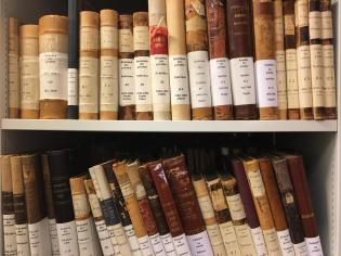 Kirkebøker på hyller i Statsarkivet i Bergen