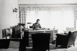 Mann som sitter på et kontor