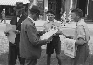 Flere personer som leser i avisen