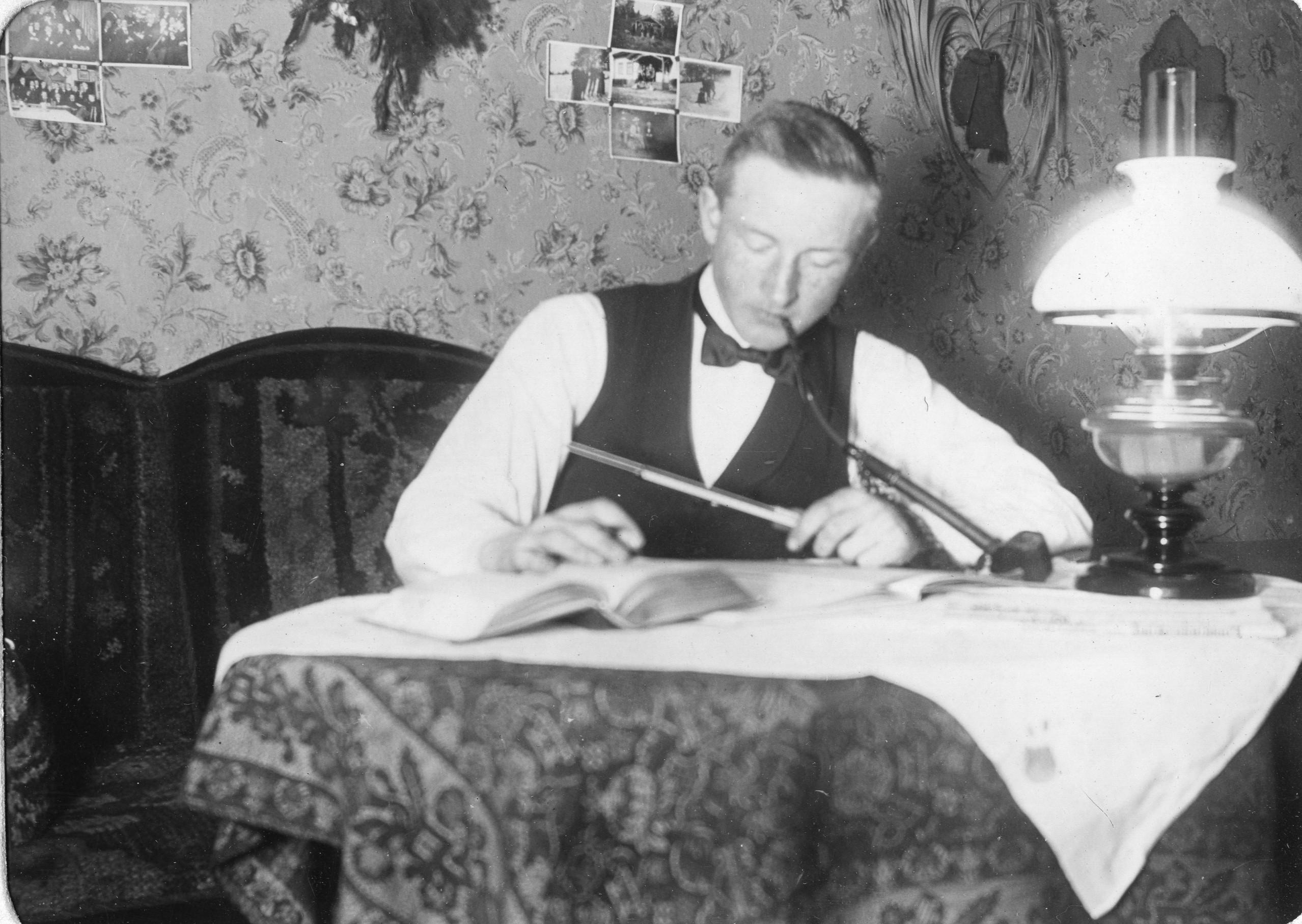 En person som skriver i en bok