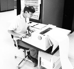 Mann som skriver på en datamaskin