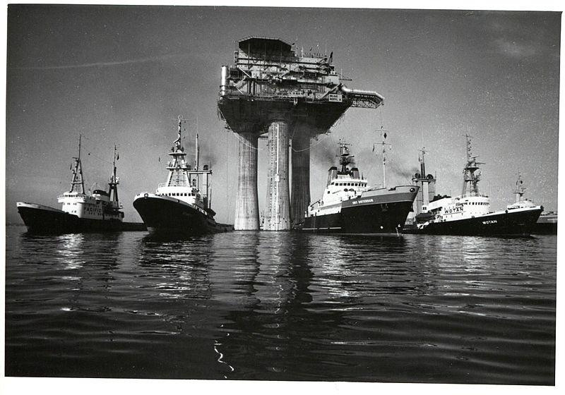 Oljeplattform i betong under slep