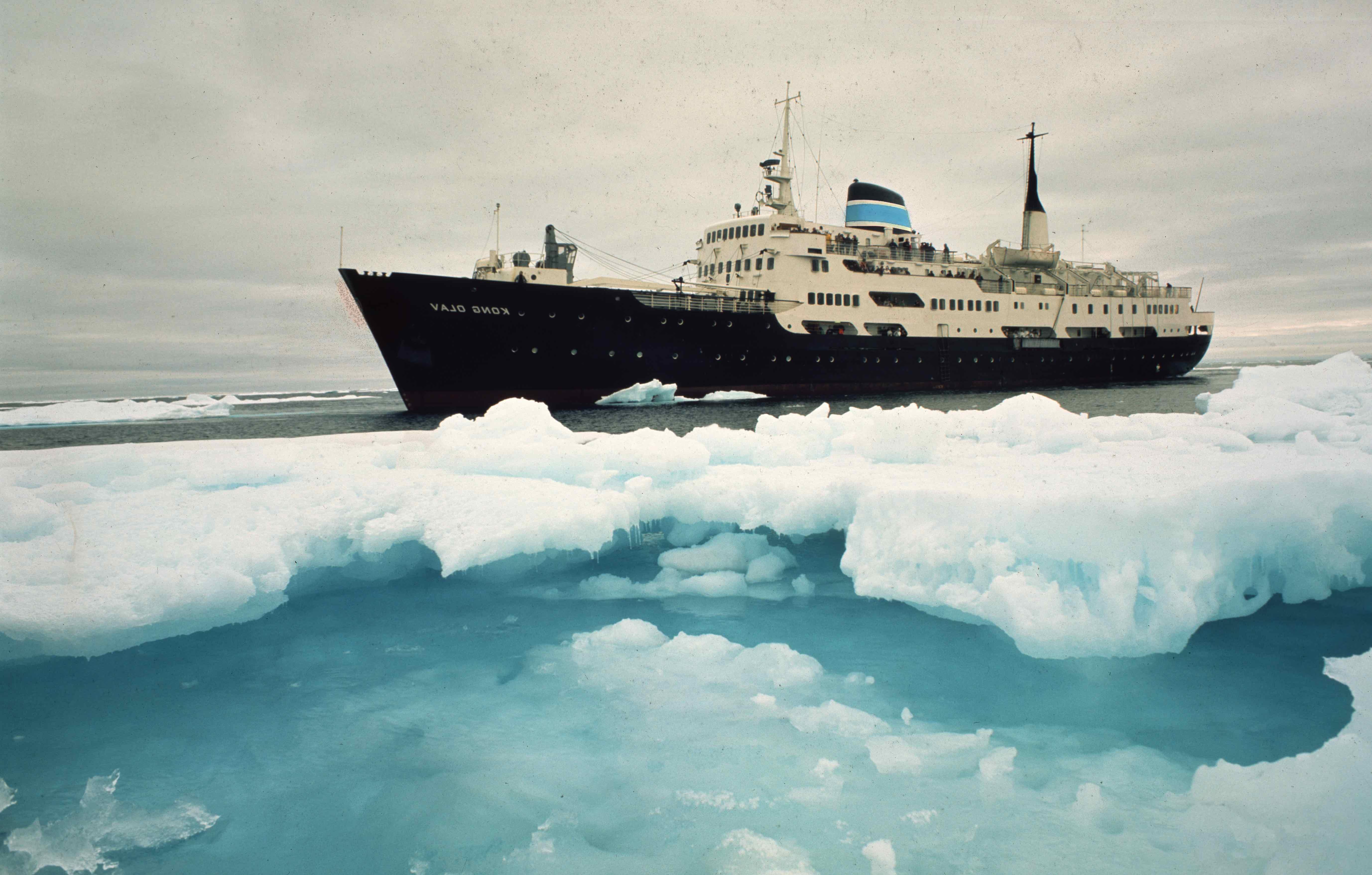 Bildet er speilvendt. Skipet er i isen.