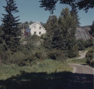 Hvit hus med flagg i skog
