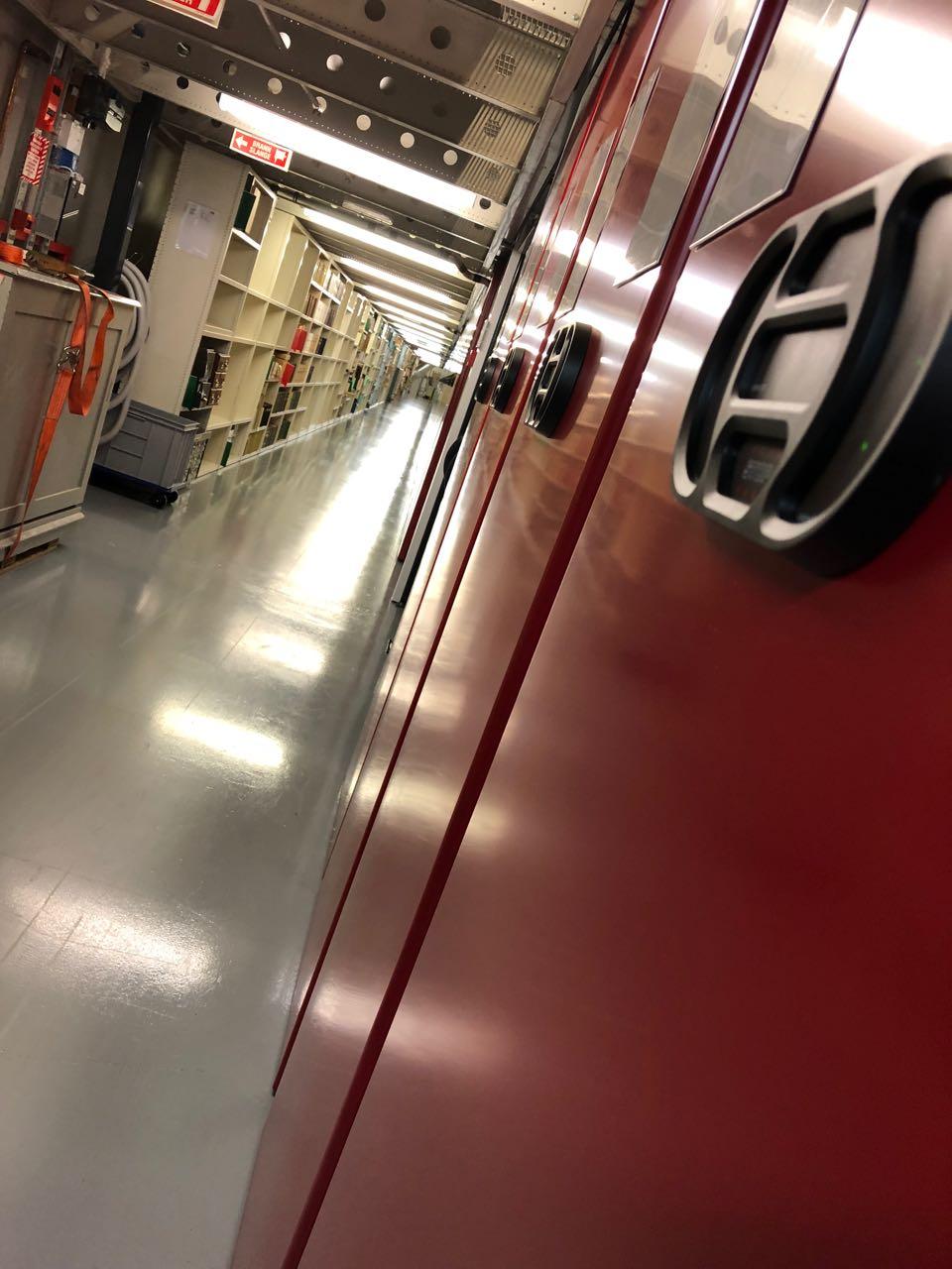 Viser korridor med rullemagasin til høyre