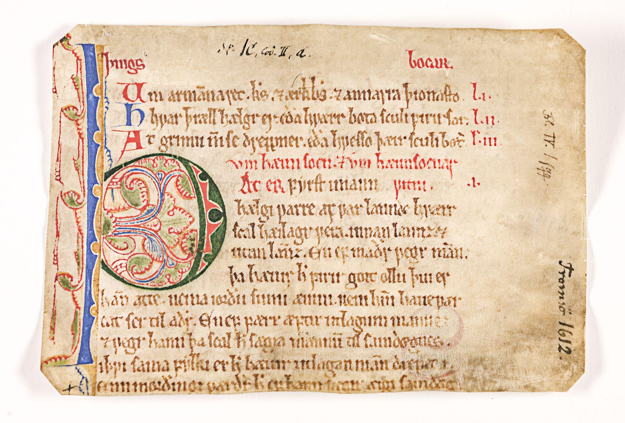 Fragment av Frostatingsloven (RA, Riksarkivets diplomsamling, F26/L0001: Norrøne membranfragmenter bestand 1).
