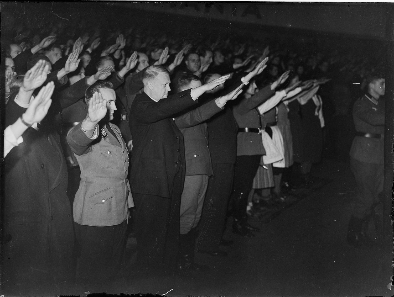 Nazister som hilser