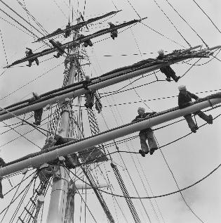 Sjøfolk i riggen på seilskip
