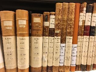 Kirkebøker fra Ulvik på hyllen i Statsarkivet i Bergen. Foto: Tone Merete Bruvik
