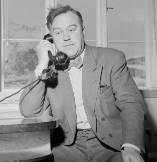 Mann snakker i telefon. Foto.