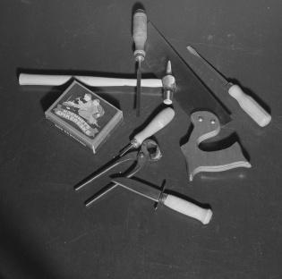 Diverse leketøyverktøy liggende på et bord