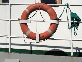 Foto av redingsbøye fra en slepebåt.